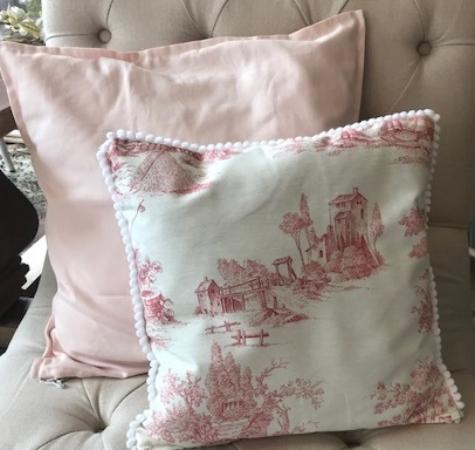 Almohadón rosa y toile de jouy
