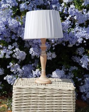 lámpara en madera torneada patina blanca