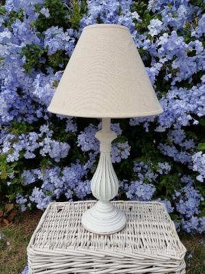 lámpara blanca torneada