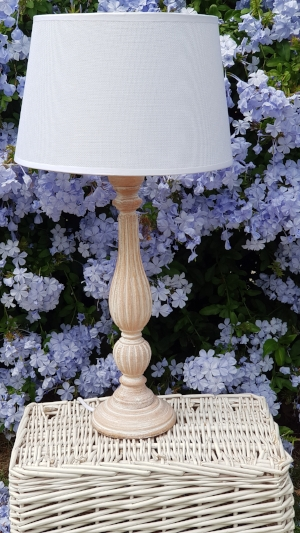 lámpara alta madera pátina blanca