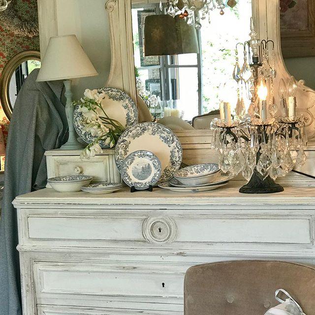 Qué tal este mueble francés para exhibir nuestra loza!!! @ukportmeirion
