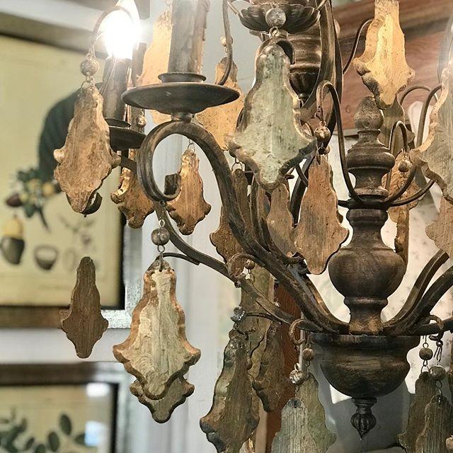 Buen lunes! Les presentamos nuestras nueva lámpara de techo en hierro , madera y caireles en dorado .