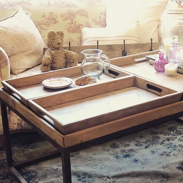 Mesa de hierro con bandejas