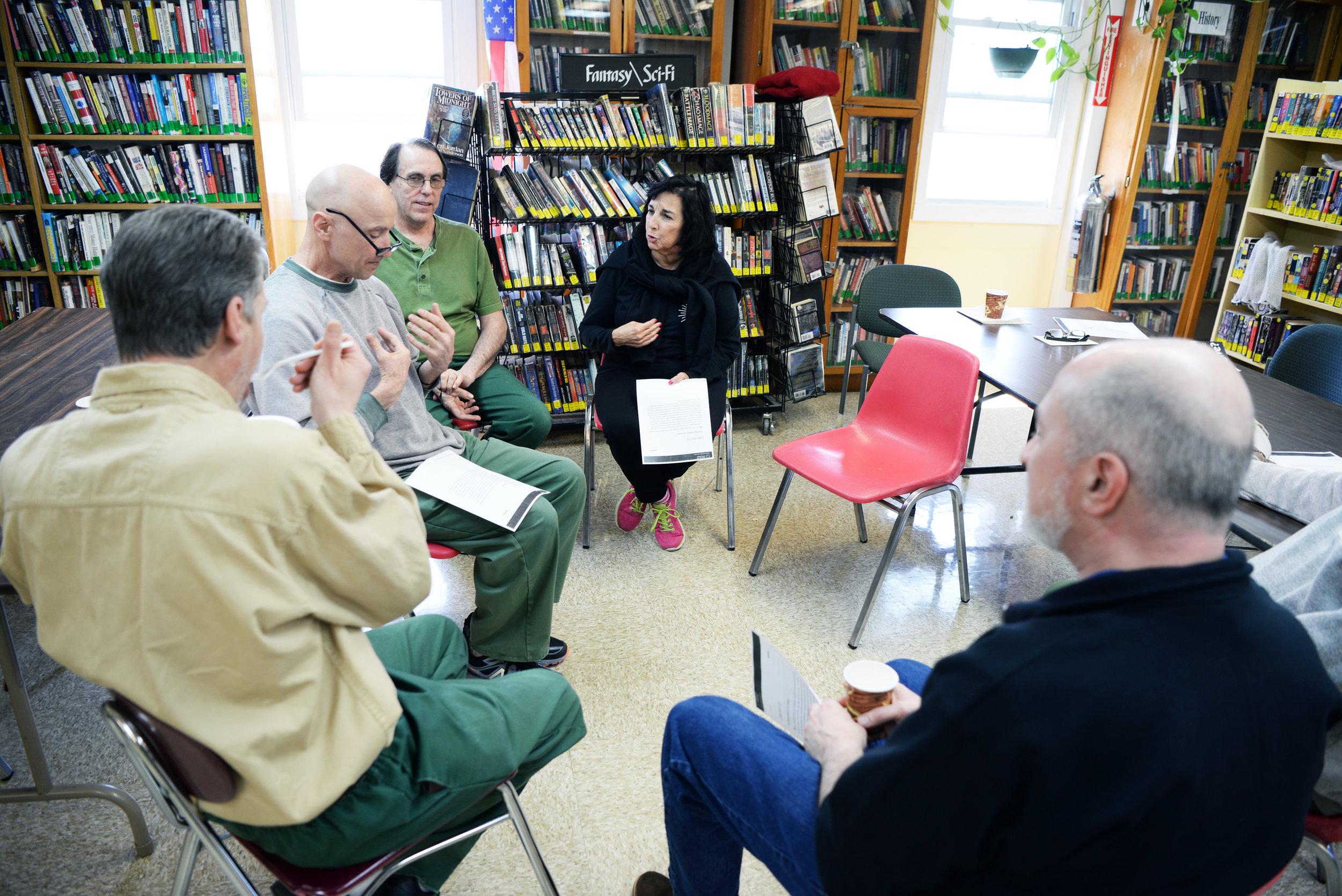 Apoyo a las bibliotecas y centros de aprendizaje de las prisiones - En asociación con la Biblioteca Pública de Nueva York, estamos apoyando las Bibliotecas de Prisiones.