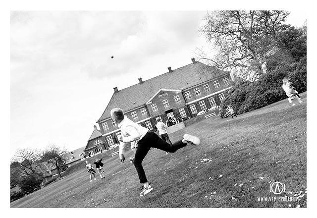 Havde den fornøjelse at være fluen på væggen til en konfirmation noget ud over det sædvanlige på @hindsgavlslot - en fest at være historiefortæller i så smukke opgivelser. Stort tillykke med dagen Mikkel!🥇🇩🇰🍻🥳 #konfirmation #documentaryphotography #hindsgavlslot #rundboldt