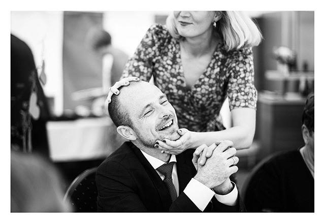 💄💋 Mens bruden er væk eller mens alle kigger💄💋 .  Tak for den skønneste dag Sidsel og Peter 💍 .  #dokumentarisk #bryllupsfotograf #fluepåvæggen #bryllup #kys #kiss