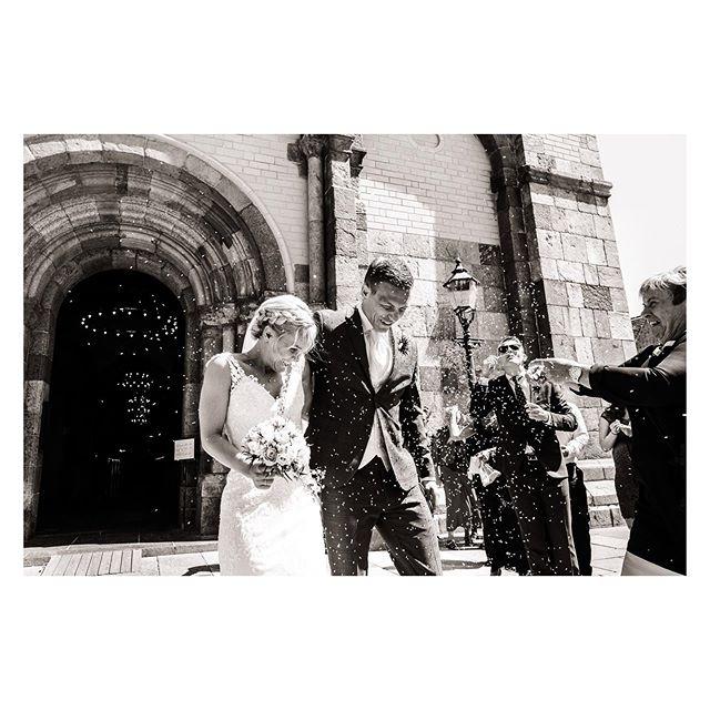 """Dorte & Steffen ❣️ For efterhånden et par måneder siden, på den anden side af sommerferien, var jeg så heldig at være med til Dorte og Steffen's fantastiske bryllup.  Ceremonien fandt sted i de historiske rammer, som er Ribe Domkirke og her efter til Tyrstrup Kro, som dannede rammerne om festen - og det var FEST med stort F-E-S-T. 💃🕺🔥🍾 Som fotograf er det en ære at få lov til at være med på den store dag og specielt med den dokumenterende tilgang får jeg lov til at komme helt tæt på.  Her ser jeg det som min vigtigste opgave at dokumentere følelser, mennesker, atmosfære, indtryk og øjeblikke uden at påvirke de selv samme.  Det er en balancegang, som er udfordrende og sjov, og er noget der kommer naturligt til mig.  Når man får en anbefaling som den her efter at have afleveret billederne, så kan man ikke andet en blive glad og stolt! """" Vores STØRSTE og varmeste anbefaling af Jesper. Vi havde til vores bryllup d. 29. juni 2019 fornøjelsen af at have Jesper med som fotograf til at forevige den store dag. Jesper var med fra forberedelserne om morgenen til efter brudevalsen var danset.  Vi ønskede os en behagelig, """"anonym"""" og selvfølgelig dygtig fotograf, som var i stand til at dokumentere dagen i smukke billeder - dét gjorde Jesper til -UG-! Med sin evne til at fange naturlige, rørende, smukke og særlige øjeblikke (uden at det på noget som helst tidspunkt føltes kunstigt og opstillet), har han sikret, at vi nu sidder her med et fantastisk album, som på en smuk måde viser og fortæller vores store dag fra start til slut. Akkurat som vi ønskede os - og mere til.  Derudover er Jesper en yderst engageret, troværdig og behagelig fyr at have med at gøre før, under og efter. Det betød rigtig meget for os!  TAK for dit enormt flotte og store stykke arbejde. Vi vil uden tvivl anbefale dig til alle, som ønsker en fotograf, der kan dokumentere og fange særlige øjeblikke på en naturlig måde. """"  Kære Dorte og Steffen, alt det bedste, og tak for en kæmpe FEST!  Se mere på: https://www"""