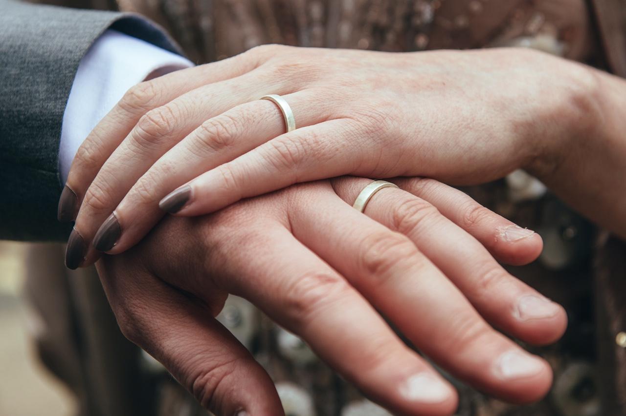anne-simon-rings-hands-wedding.jpg