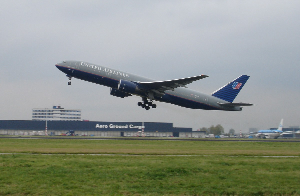 United_Airlines_aircraft_taking_off.jpg