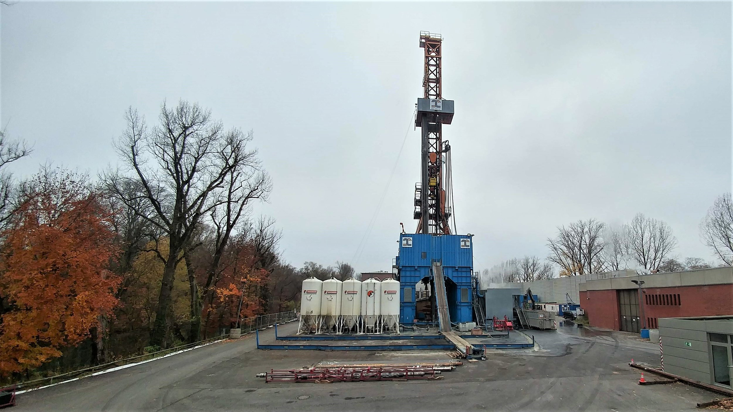 The Schaftlarnstrasse geothermal drilling operation near the Munich city center. Electronics had to be turned off while on the drill rig, so this is the best photo I've got!