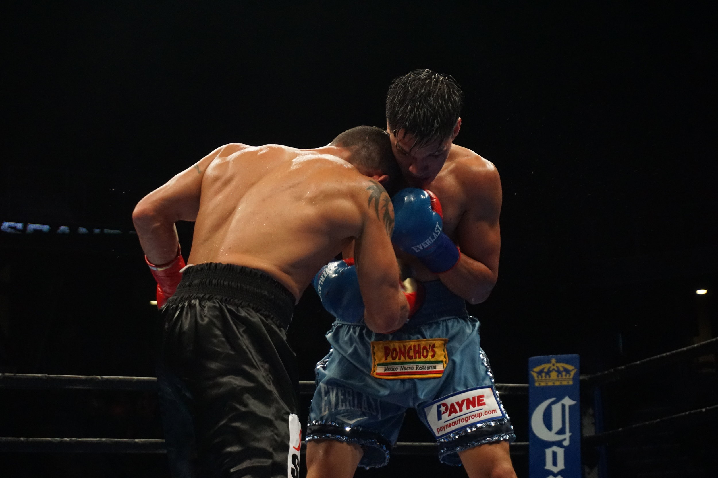 Escandon lands a right punch to body by Andrea Antolini