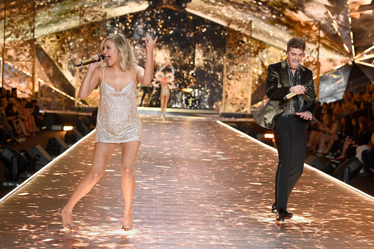 KELSEA BALLERINI & CHAINSMOKERS - VICTORIA'S SECRET FASHION SHOW