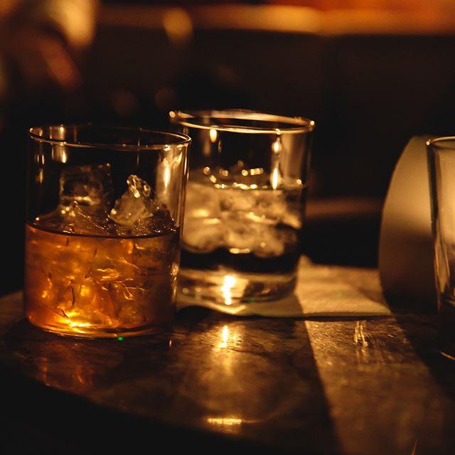 🥃🥛 ⠀ It's World Whisky (+ Milk) Day - kinda... 📸 by @mattthelist ⠀ @woodfordreserve - milk washed Earl Grey - cedar. ⠀ ⠀ #worldwhiskyday #whisky #minimalistcocktails #bestcocktails #london #worldsbestbars #whiskygram #drinks #timeoutlondon #spitalfieldsmarket #threeingredients #threeisthemagicnumber