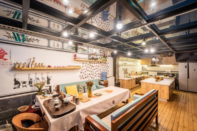 Dining at Akitaya Guesthouse Dali 大理秋田家精品客栈