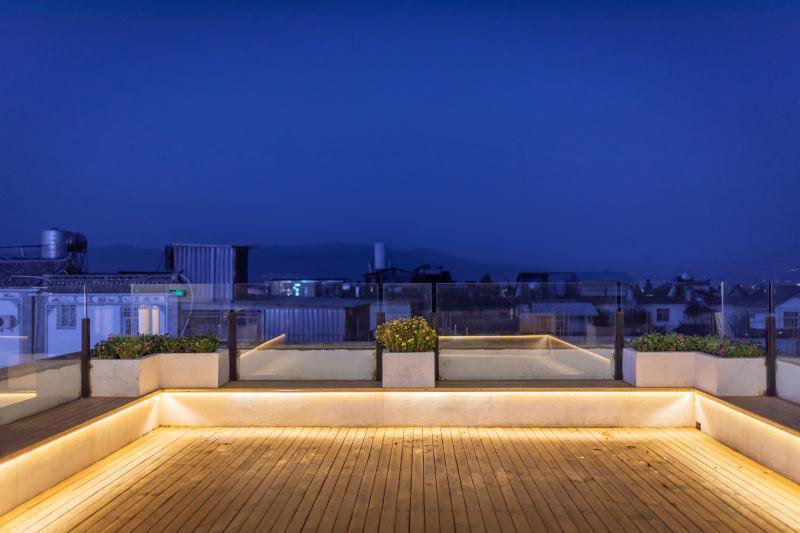 Roof top night view @ Akitaya Guesthouse Dali 大理秋田家精品客栈