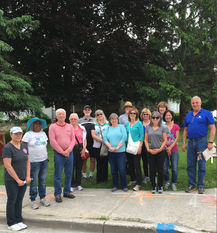 Town of Newmarket Forestry Supervisor, Ruurd, van de Ven posing with residents at his Outdoor Discovery Walking Tour: Tree Discovery in 2018.