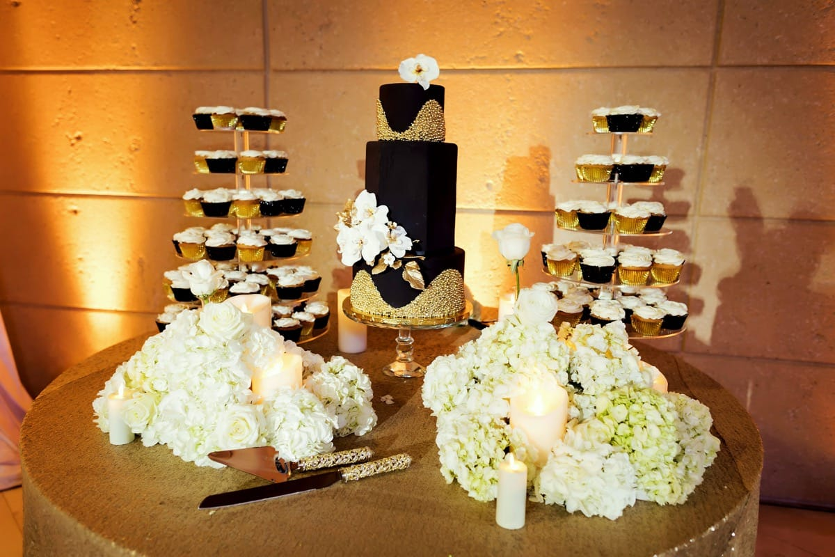 offset-3-tier---don-cesar---hand-painted-leaves,-chocolate-coral-topper-and-seahorses-06-02-34-239-io.jpg