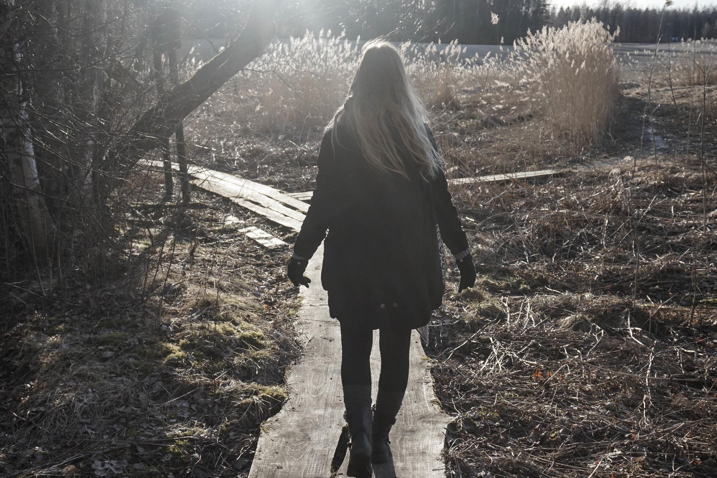 woman_who_walks_alone