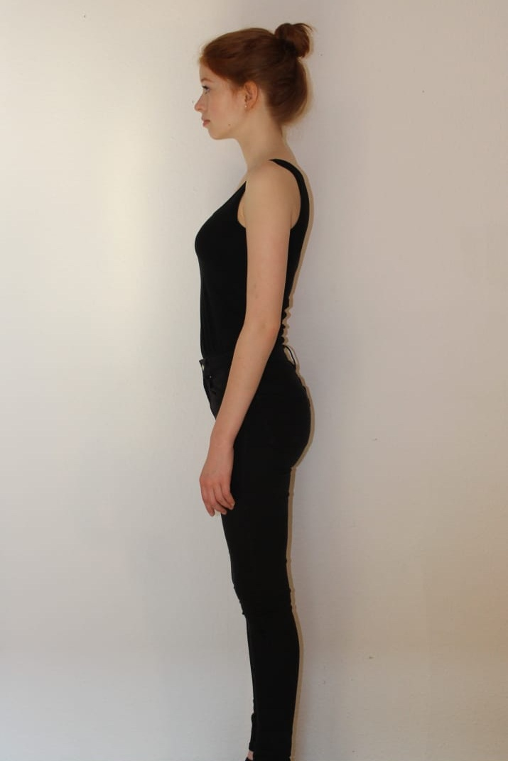 PROFILE - 90 DEGREES TOWARDS THE CAMERA. EYES STRAIGHT. CHIN UP. SHOULDERS BACKWARDS. KEEP YOUR BODY STRAIGHT AND KEEP THE TENSION.