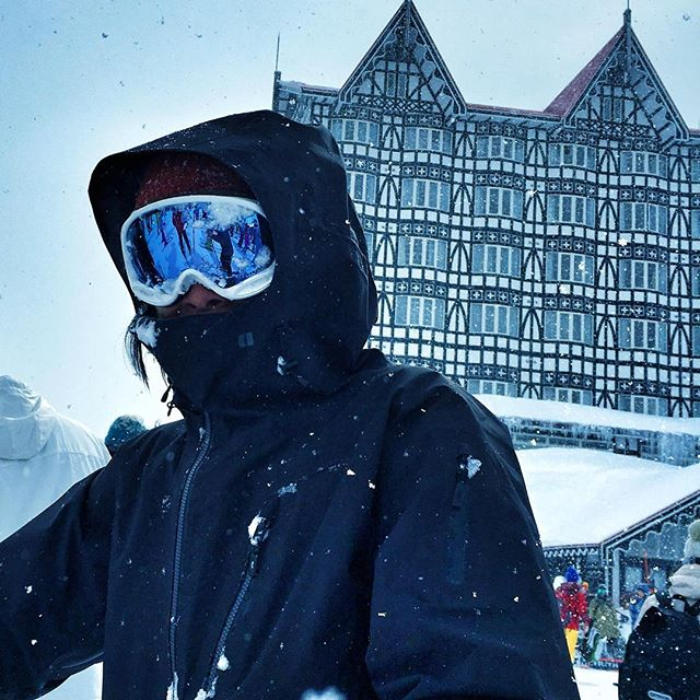 At Cortina the line starts at 7am on a pow day. Put down your skis and grab a canned coffee inside. #basehotelhakuba #skiing #freeskiing #japow #japanuary #ramen #sushi #backcountryskiing #hakuba #hakubavalley #powderskiing #yuki #snow #hakuba47 #shinkansen #airbnb #jumbochocomonaka #dalbello #armadaskis #japan #honshu