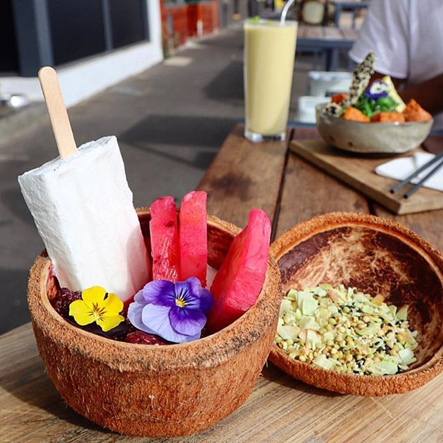 Now isn't this just a delight?  Our Pina Colada Granola Bowl certainly is a crowd pleaser 📷 @overeating101