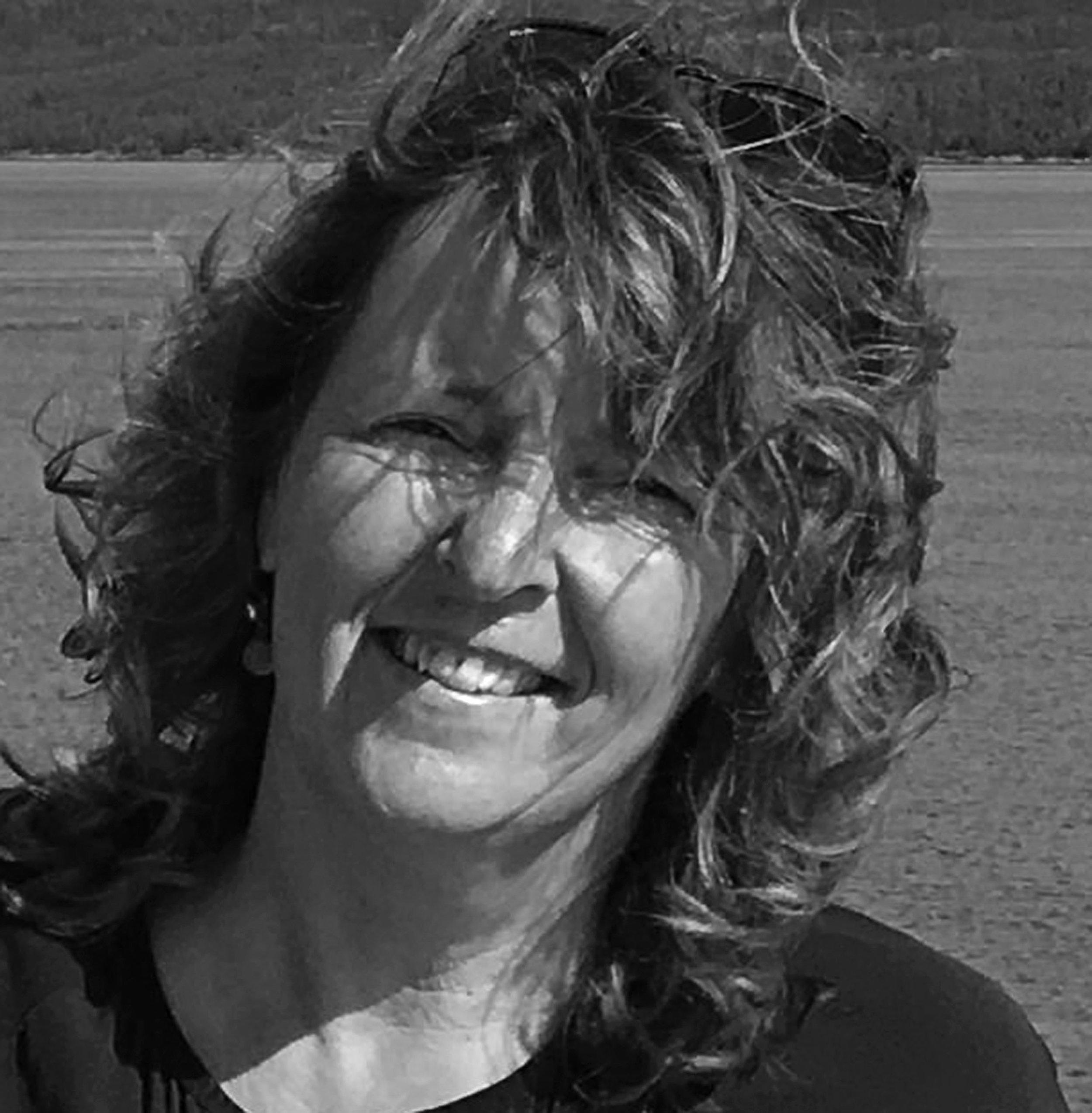 Agnes Esenkbrink - Mijn werk bestaat uit drie onderdelen: Woorden in beeld, Beelden in steen en Grafische beelden.Via beelden communiceren we met elkaar. Overal om ons heen zien we die beeldtaal, met andere woorden: communicatie. Die communicatie fascineert me. Hoe kun je op allerlei manieren iets uitdrukken?