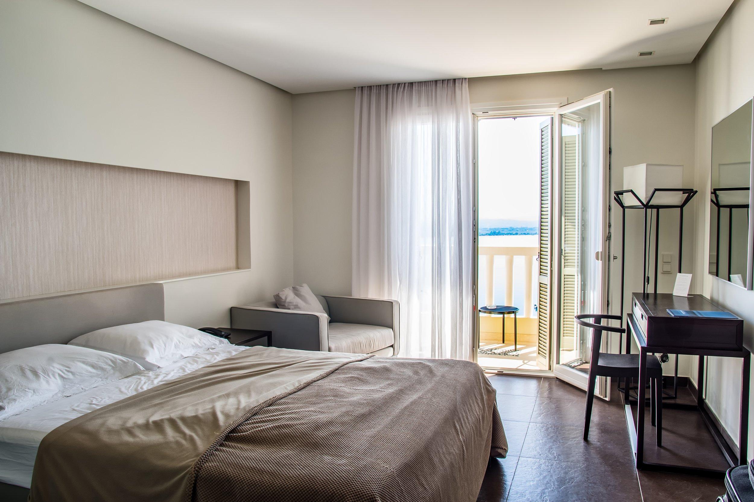 uwm.hotel.floor-interior-home-tourist-travel-ceiling-487768-pxhere.com