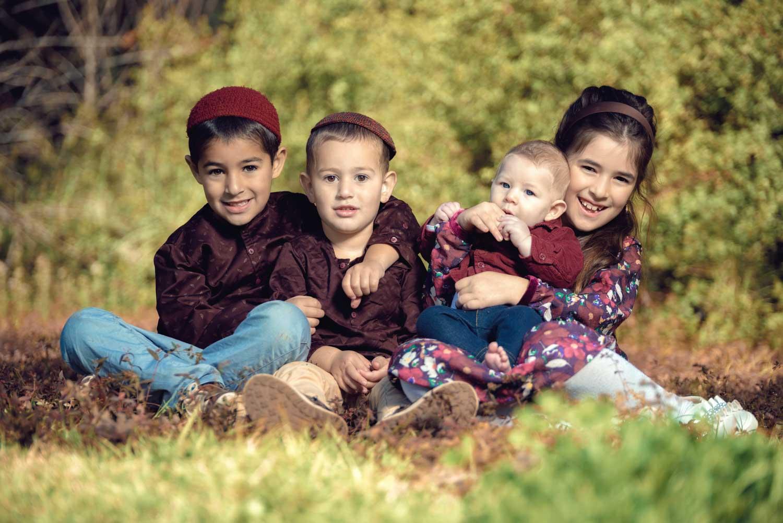 צילומי משפחה :  אחים יושבים על דשא
