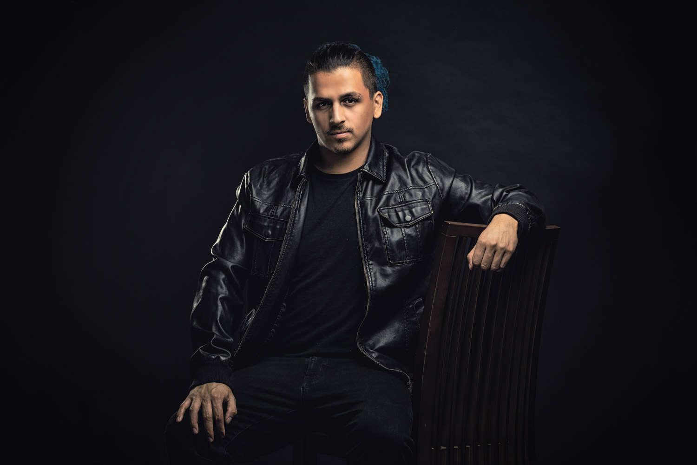 צילום פורטרט של בחור צעיר יושב עם מעיל עור
