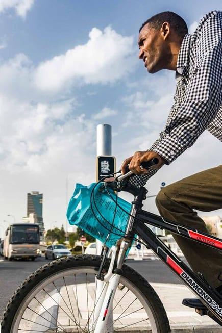 צילום רחוב שבו ניתן לראות גבר כהה עור על אופניים