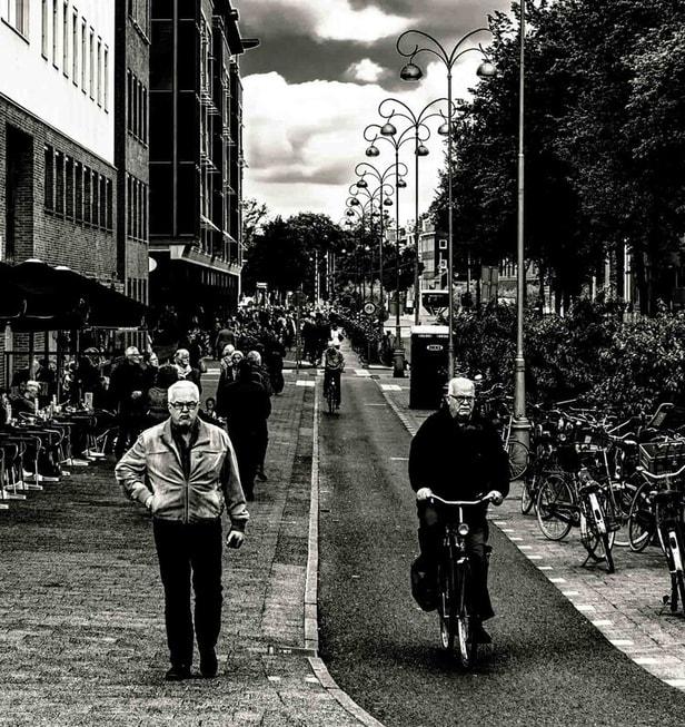 צילום רחוב עם שני אנשים מבוגרים
