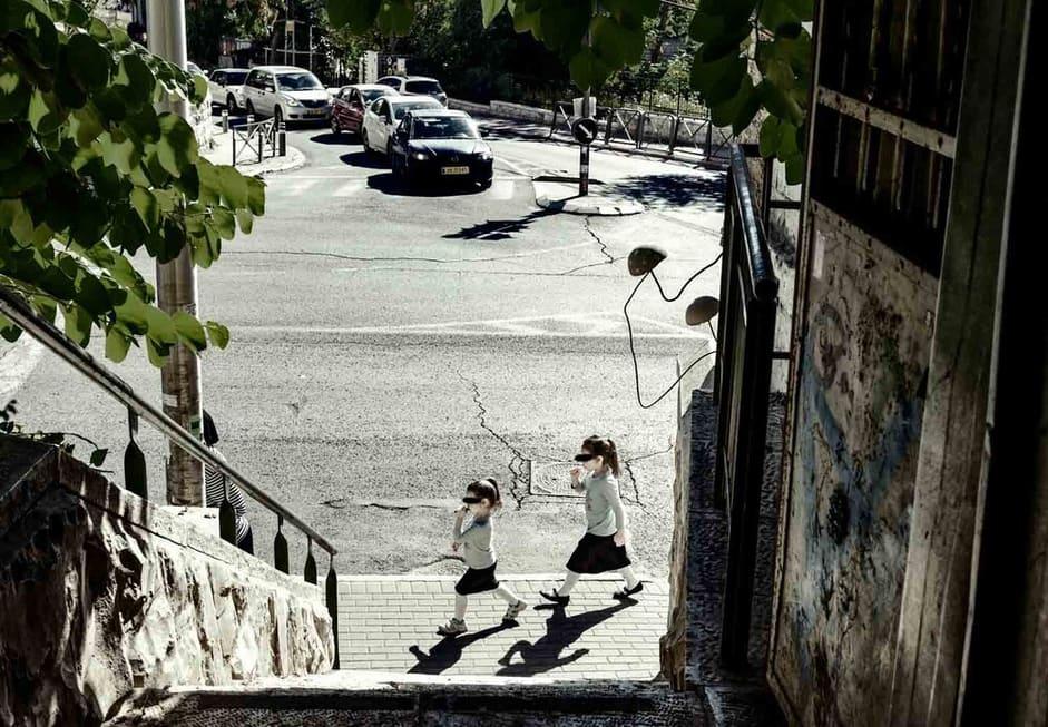 צילום רחוב שצולם מתוך סמטה