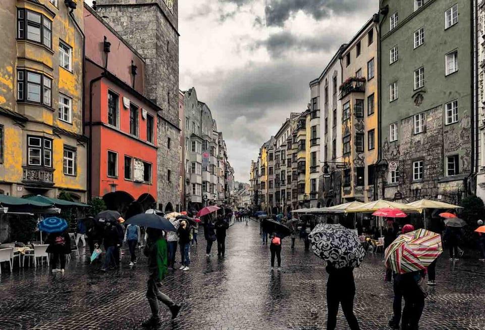 צילום של רחוב באמצע גשם