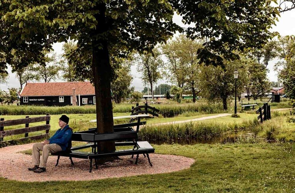 צילום רחוב של אדם מבוגר יושב לבדו