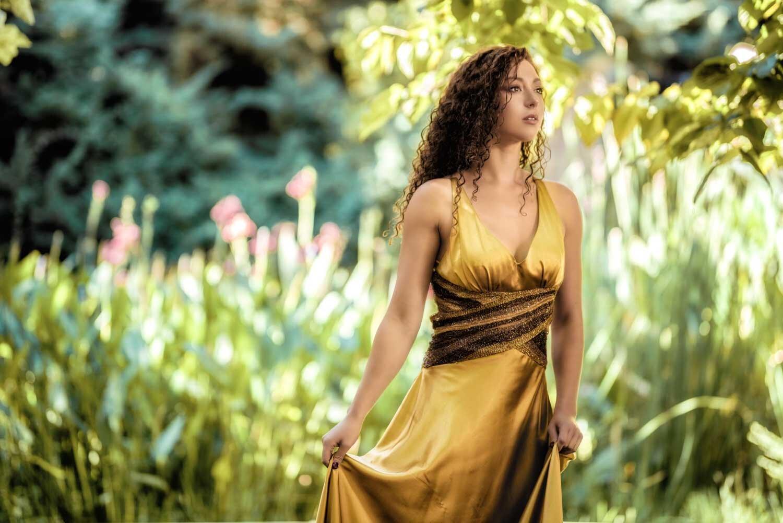 צילום אופנה של דוגמנית בשמלה בצבע זהב