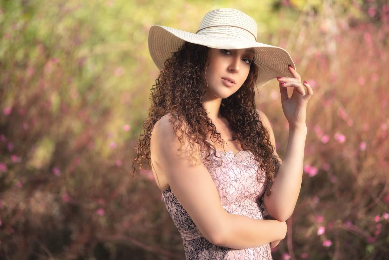 צילום אופנה של בחורה עם כובע קש