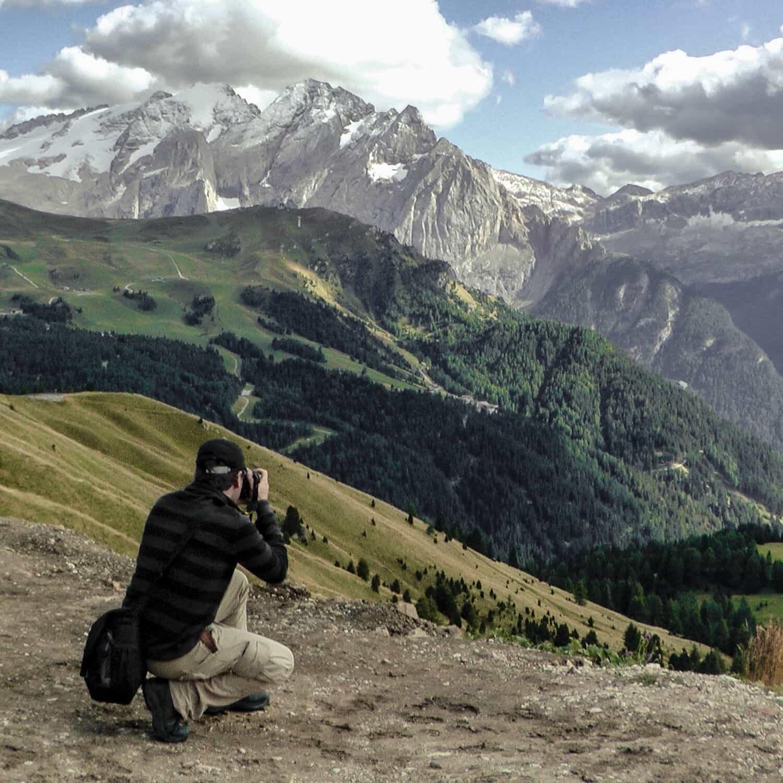 צילום ישן שבו אבי צילם אותי על הרי הדולומטים.