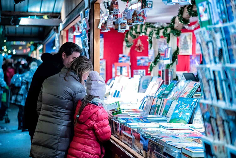 """צילום של דוכן בחגיגות חג המולד בחו""""ל"""