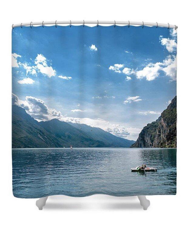 וילון אמבטיה עם הדפס של תמונת נוף - אגם גארדה