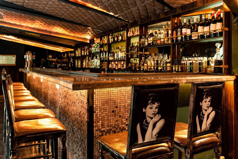 צילום מסעדות - צילום של הבר מזווית שפונה לכניסה
