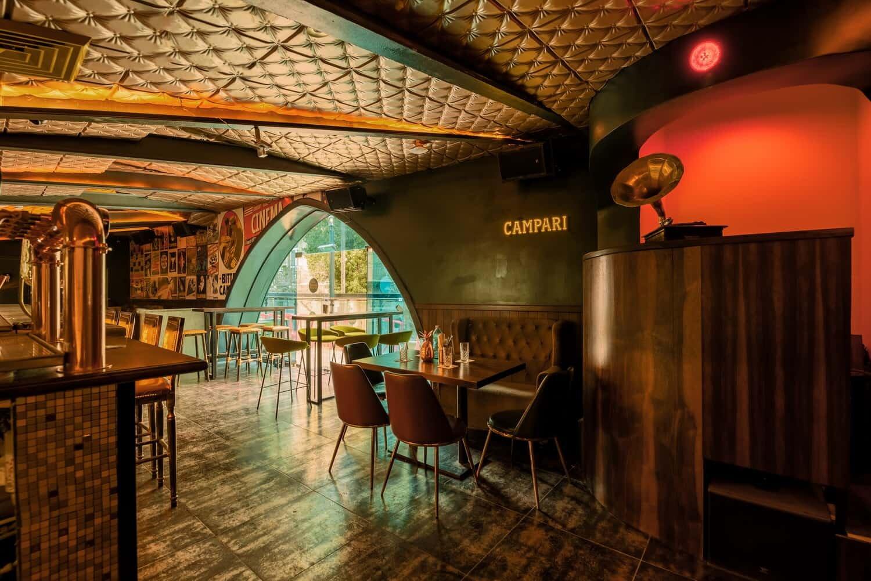 צילום מסעדות - כניסה לבר מעוצב