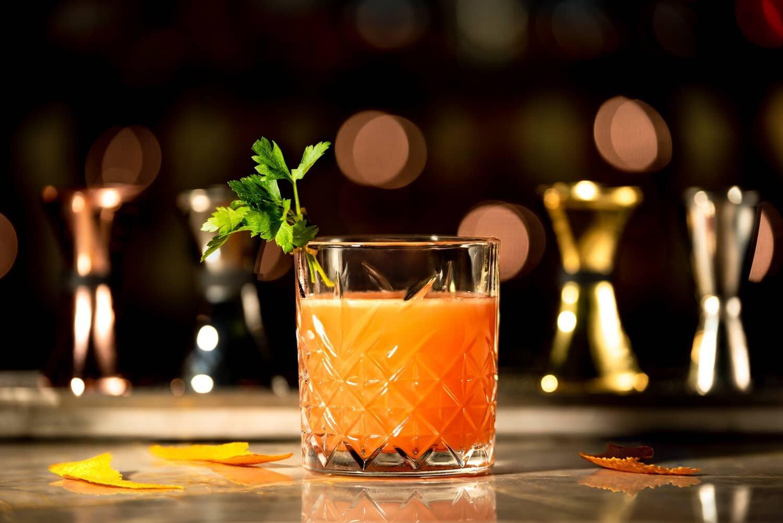 צילום של משקה אלכוהולי בבר מסעדה