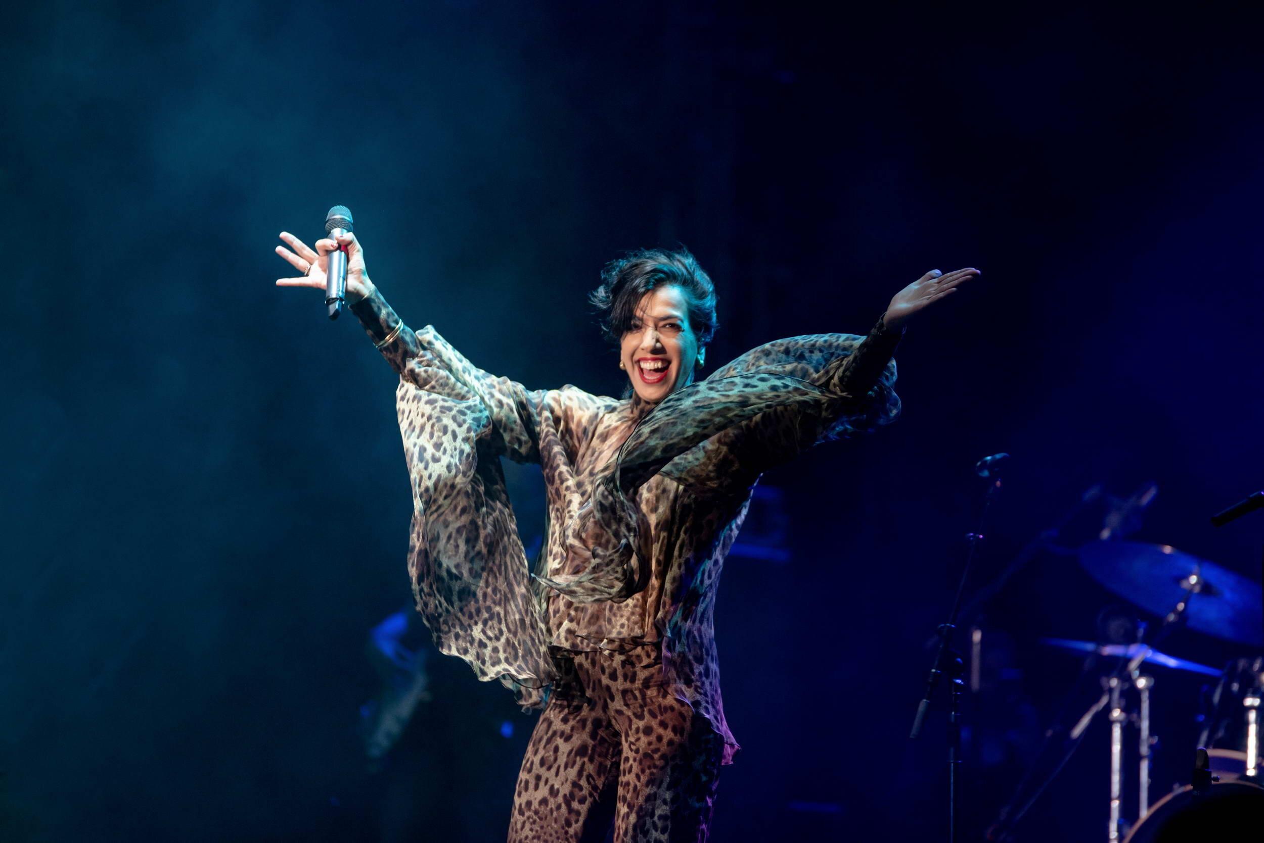 הזמרת דיקלה בהופעה חיה