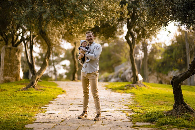 צילום של אבא מחזיק את התינוק שלו