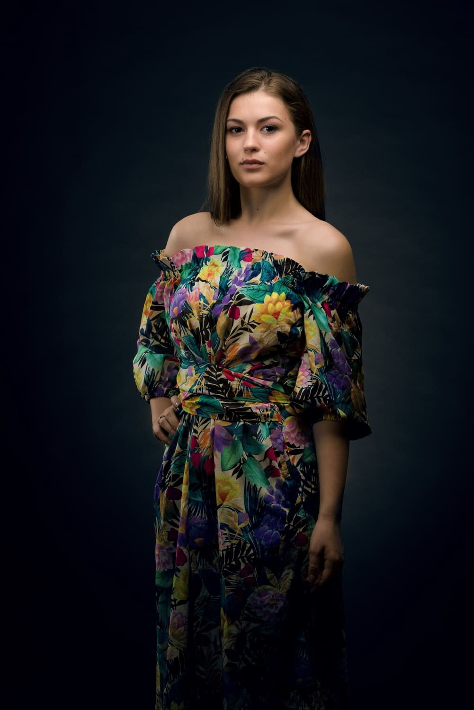 צילום פורטרט קלאסי למודלית צעירה עם שמלה פרחונית