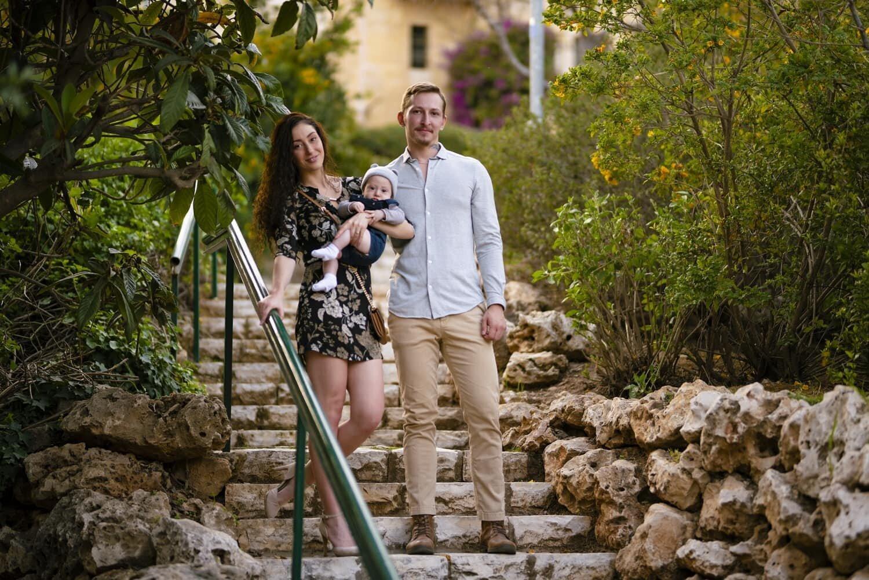 זוג צעיר עומד על מדרגות ביחד עם תינוק