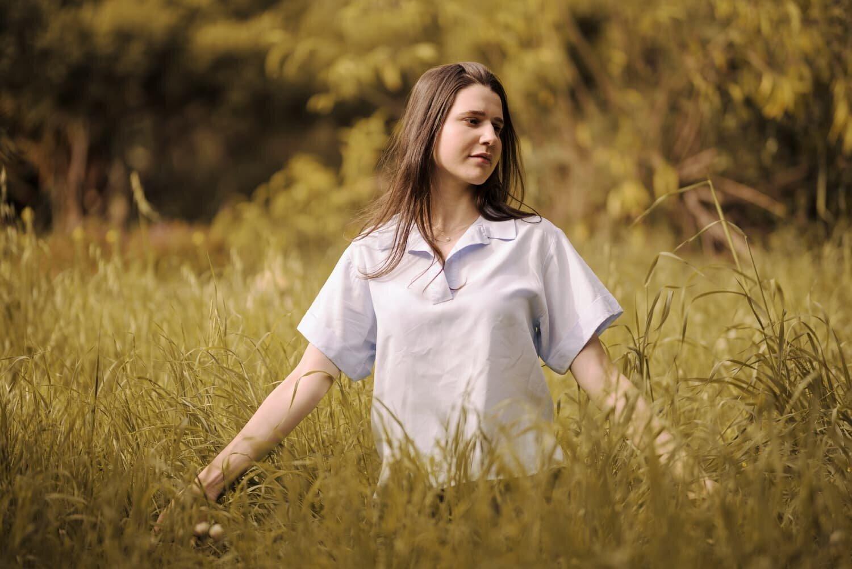 נערה יושבת בדשא