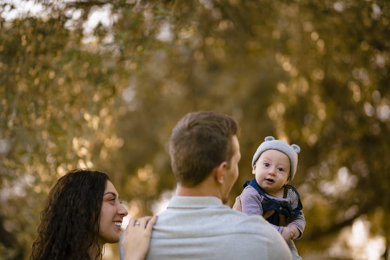 זוג צעיר מחזיק את התינוק החמוד שלהם