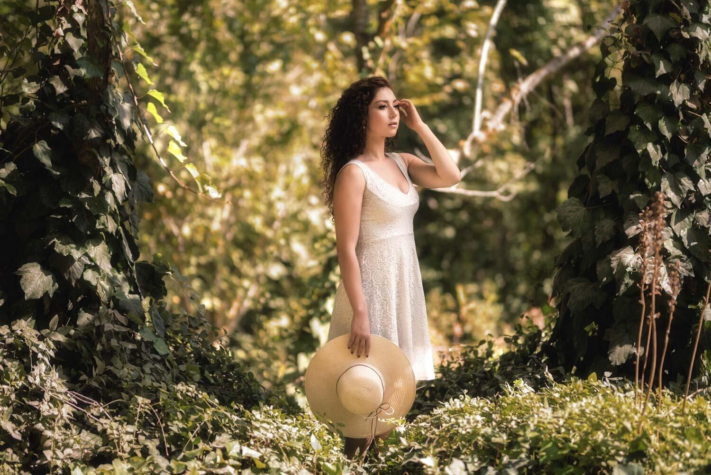 אישה לבושה בלבן באמצע הטבע