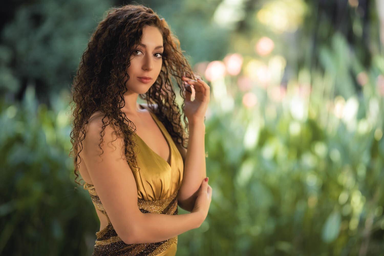 בחורה לבושה בשמלת זהב